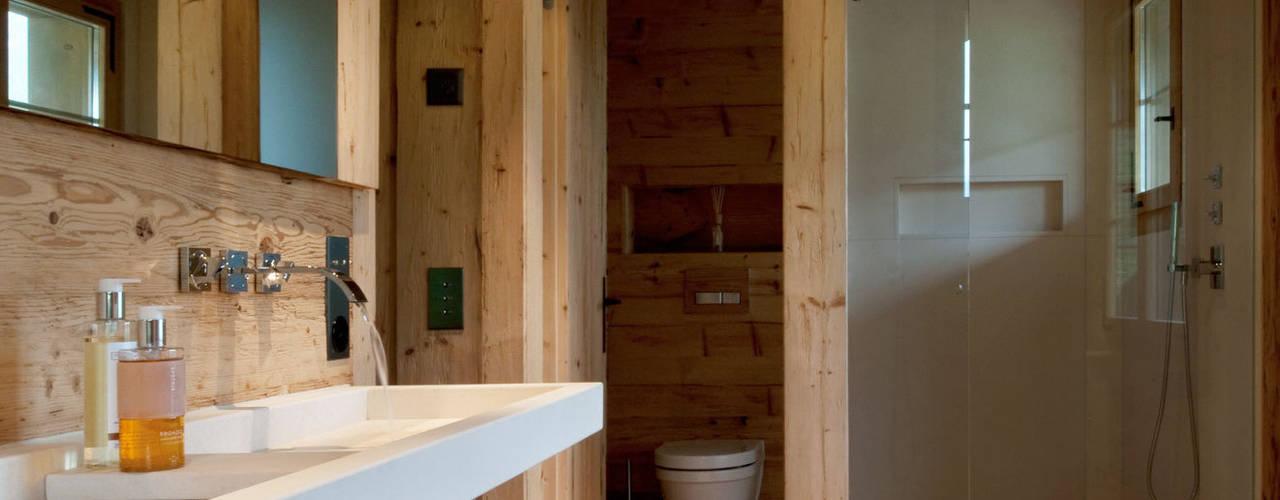 Chalet Gstaad Salle de bain rustique par Ardesia Design Rustique