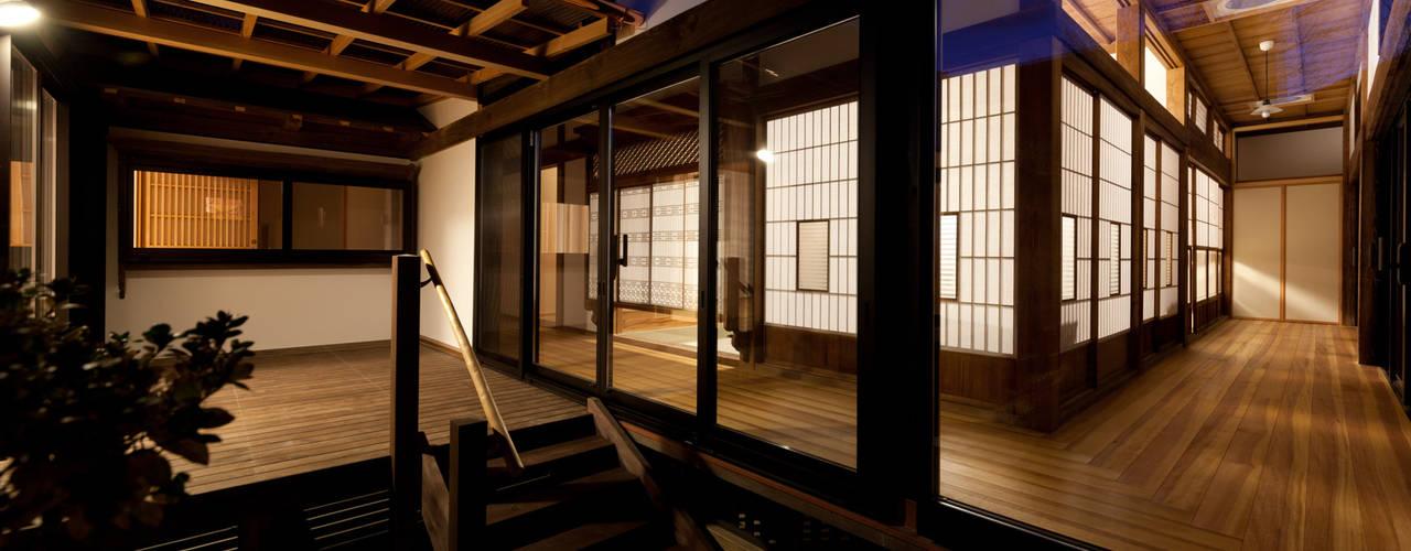 Classic style balcony, veranda & terrace by 吉田建築計画事務所 Classic