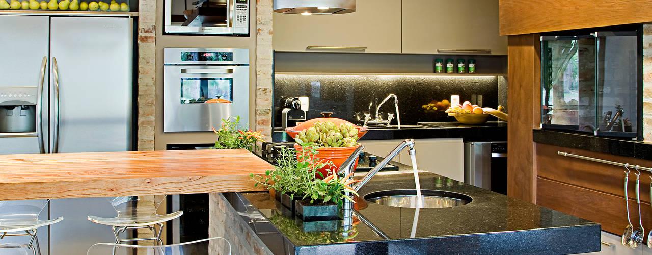 Cocinas de estilo ecléctico por Maria Christina Rinaldi Arquitetos