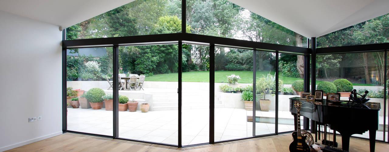 Salas de estar ecléticas por IQ Glass UK