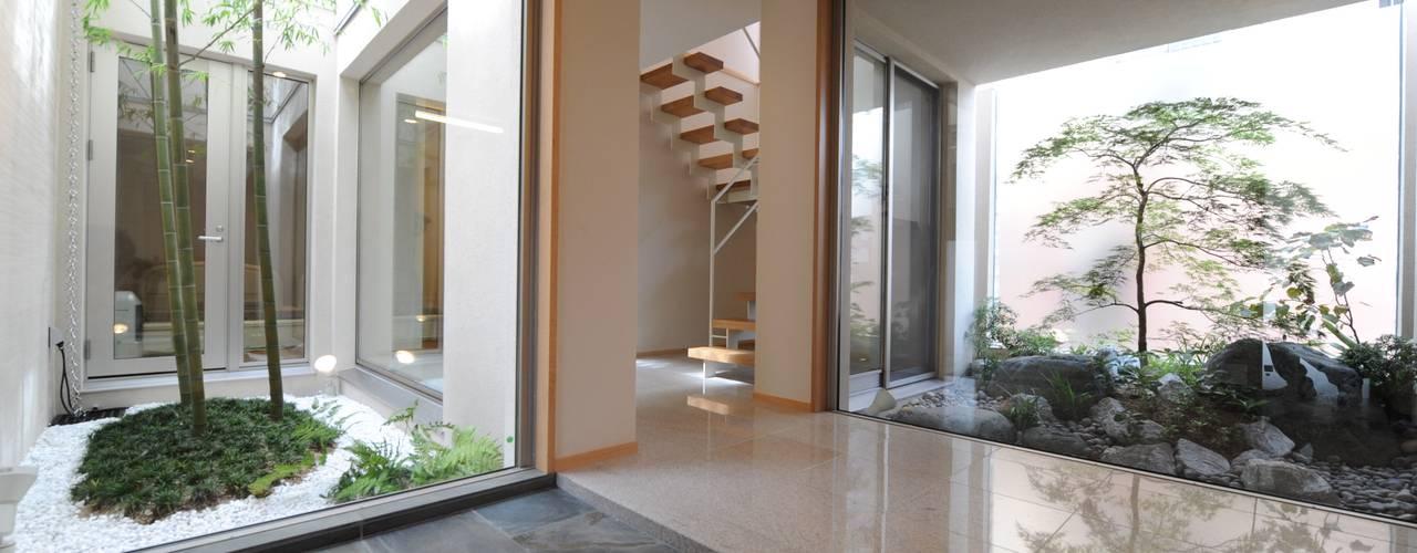 癒しのエントランス: TERAJIMA ARCHITECTSが手掛けた廊下 & 玄関です。