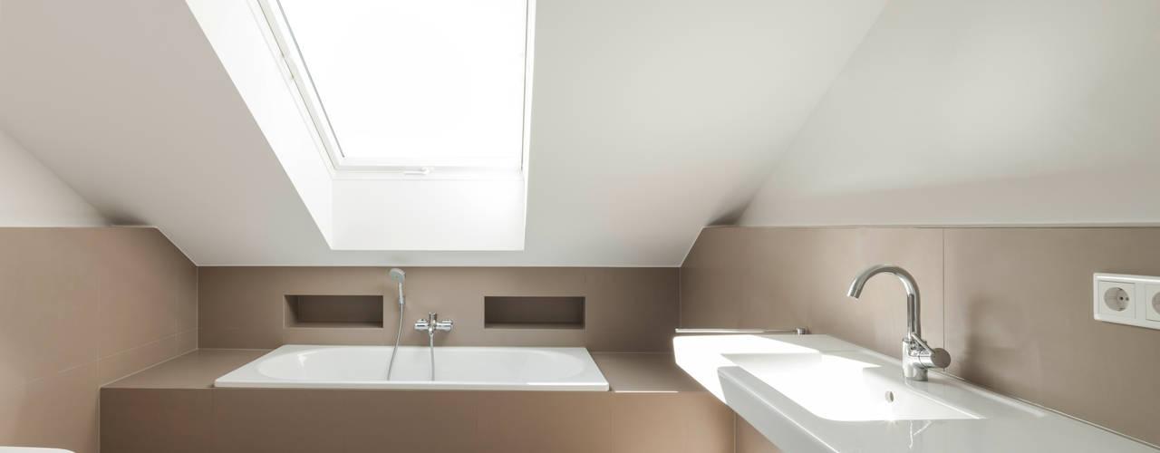 Bad im Dachgeschoss:  Badezimmer von in_design architektur