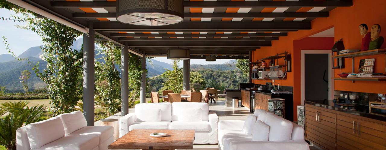 Casa na Serra :  tropical por Chicô Gouvêa - Arquitetura,Tropical