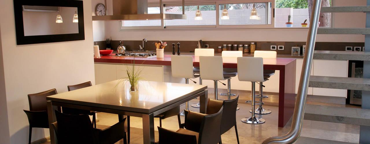 CASA RC: Cocinas de estilo  por ESTUDIO GEYA,Moderno