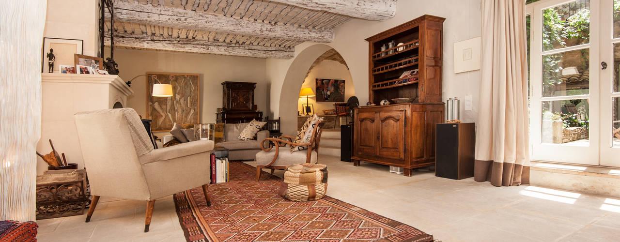Une maison de village pas comme les autres: Salon de style de style Rustique par Pixcity