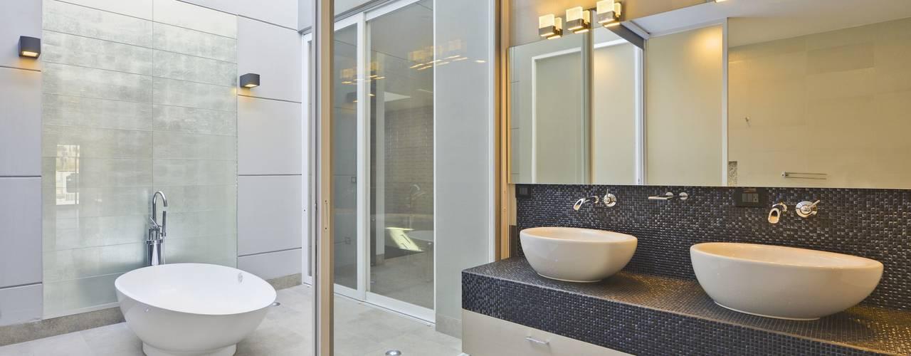 Residencia El Coto: Baños de estilo  por Excelencia en Diseño, Minimalista