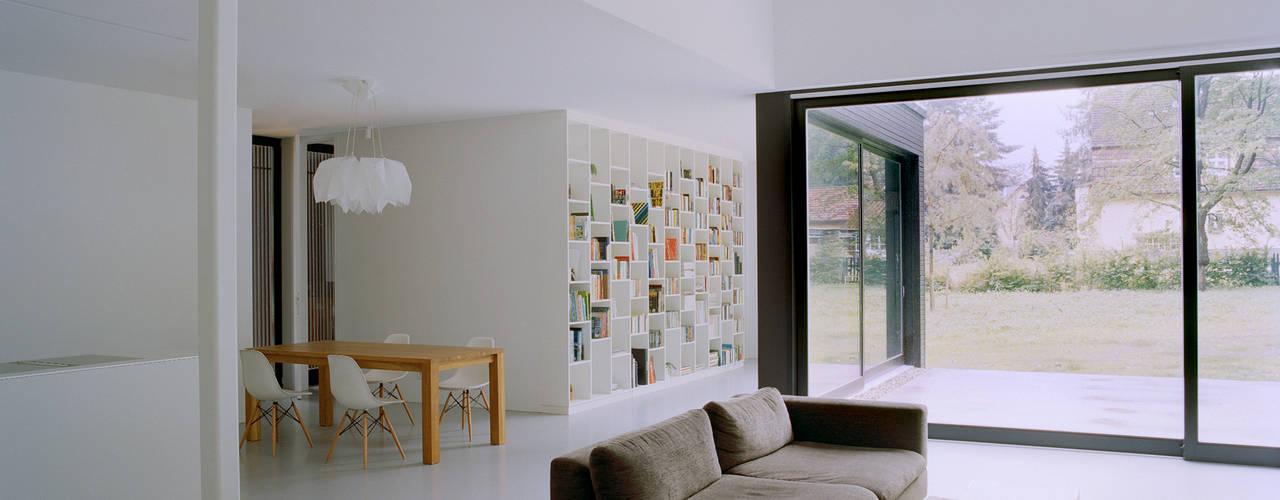 IOX Architekten GmbH:  tarz Oturma Odası,
