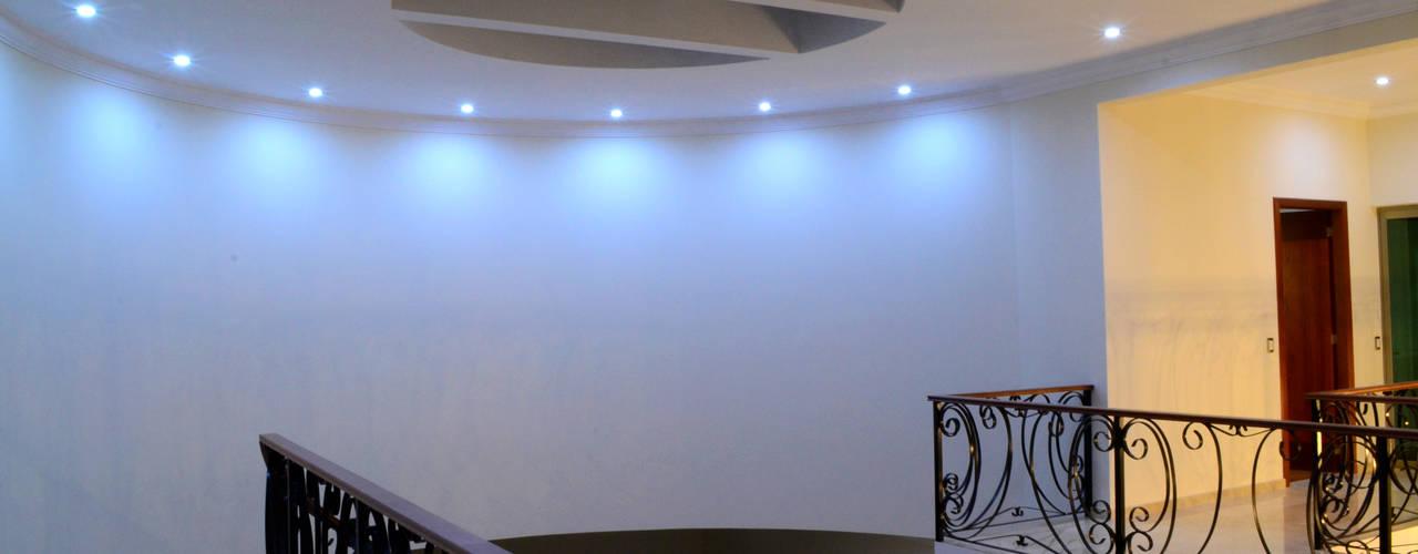 Pasillos, vestíbulos y escaleras de estilo clásico de Excelencia en Diseño Clásico