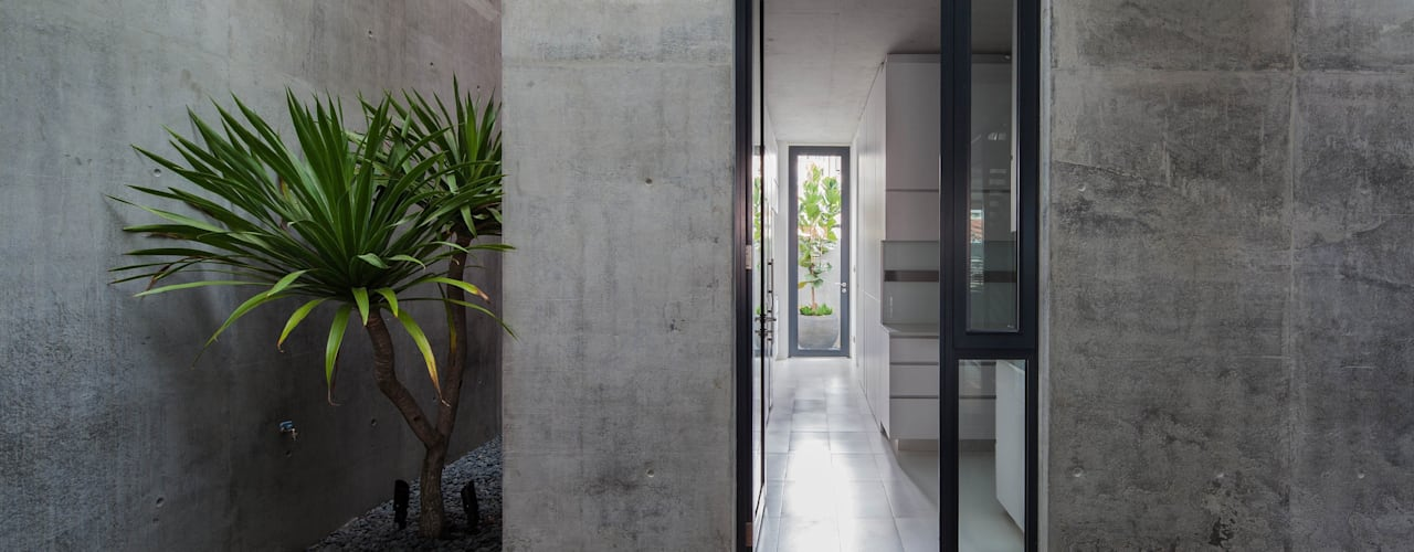 Well of Light:  Walls by HYLA Architects,Modern