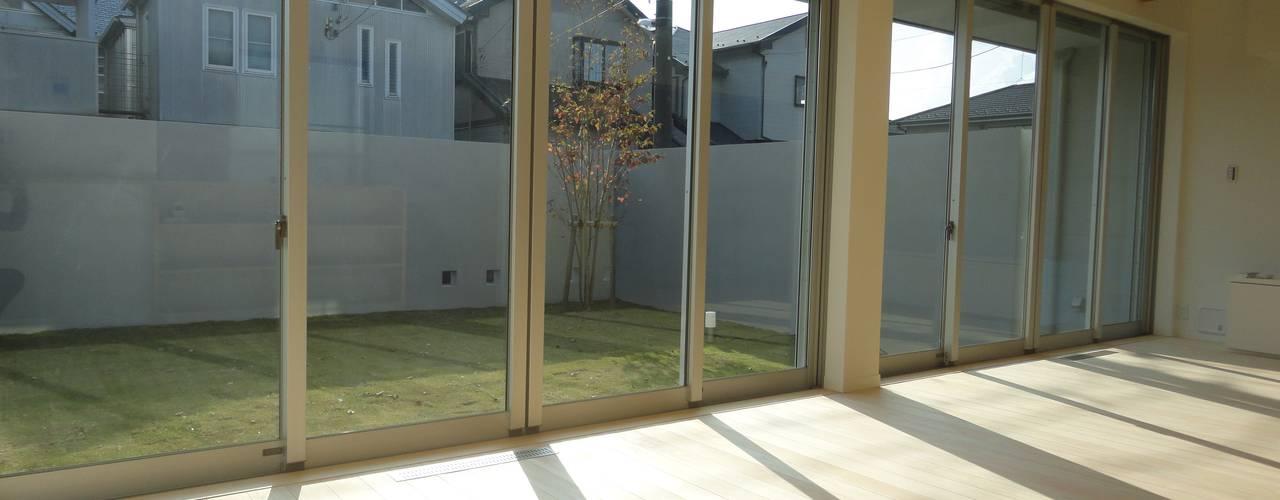 香澄の家 リビングと一体のライトコート オープンエアを満喫できる家: アトリエ24一級建築士事務所が手掛けたリビングです。
