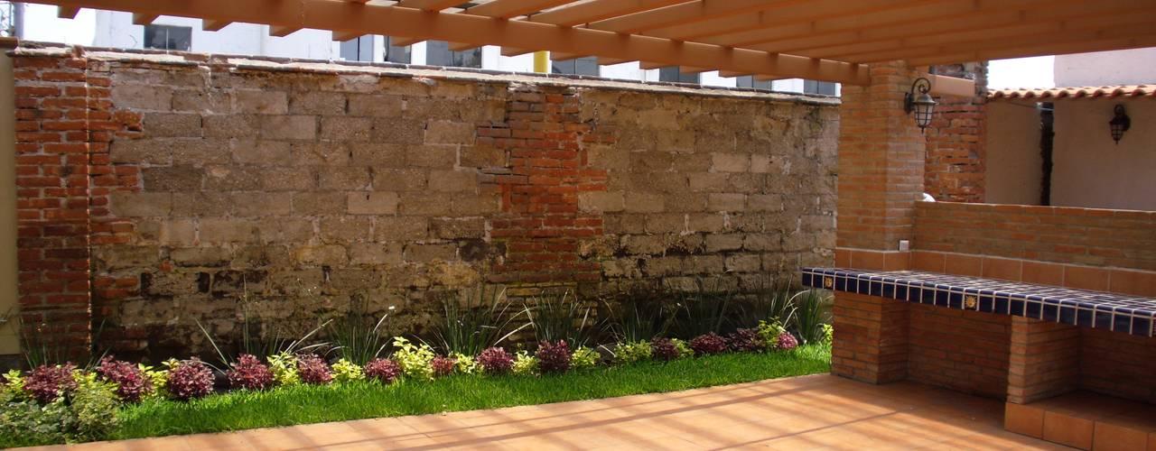 Remodelacion y Restauracion Casa Lecheria Jardines rústicos de IDEA Studio Arquitectura Rústico