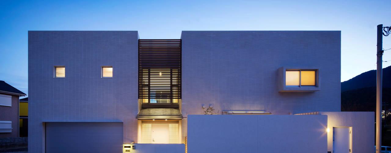 正面夜景: 株式会社 U建築研究所が手掛けた家です。