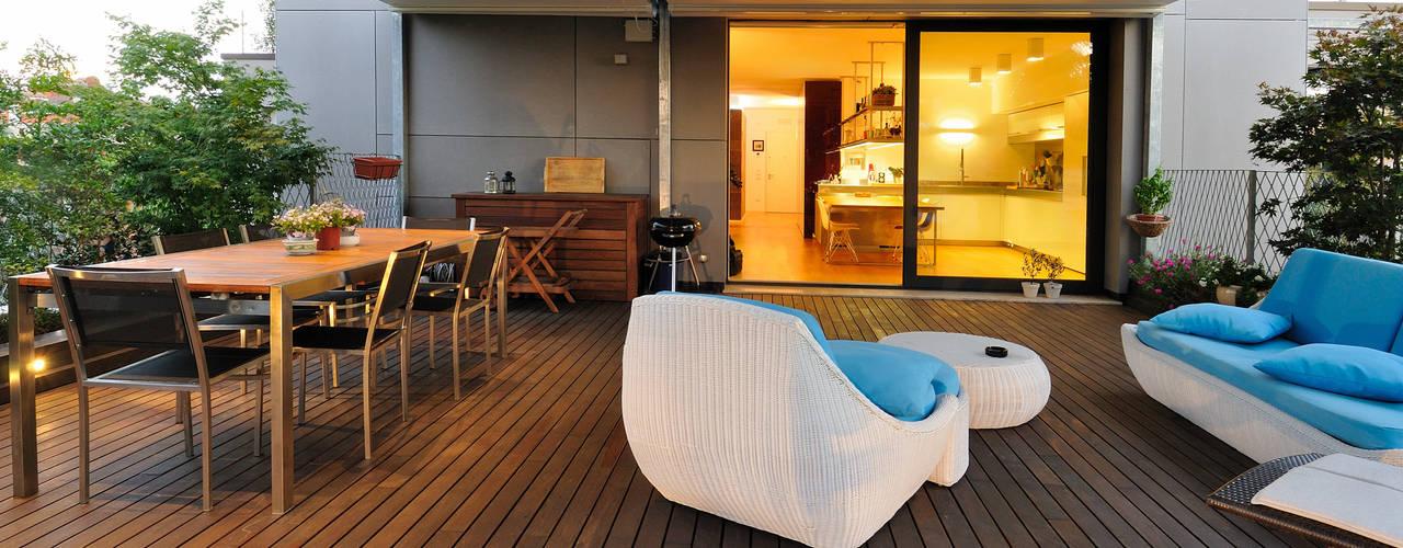 Attico L+S Balcone, Veranda & Terrazza in stile moderno di +studi Moderno