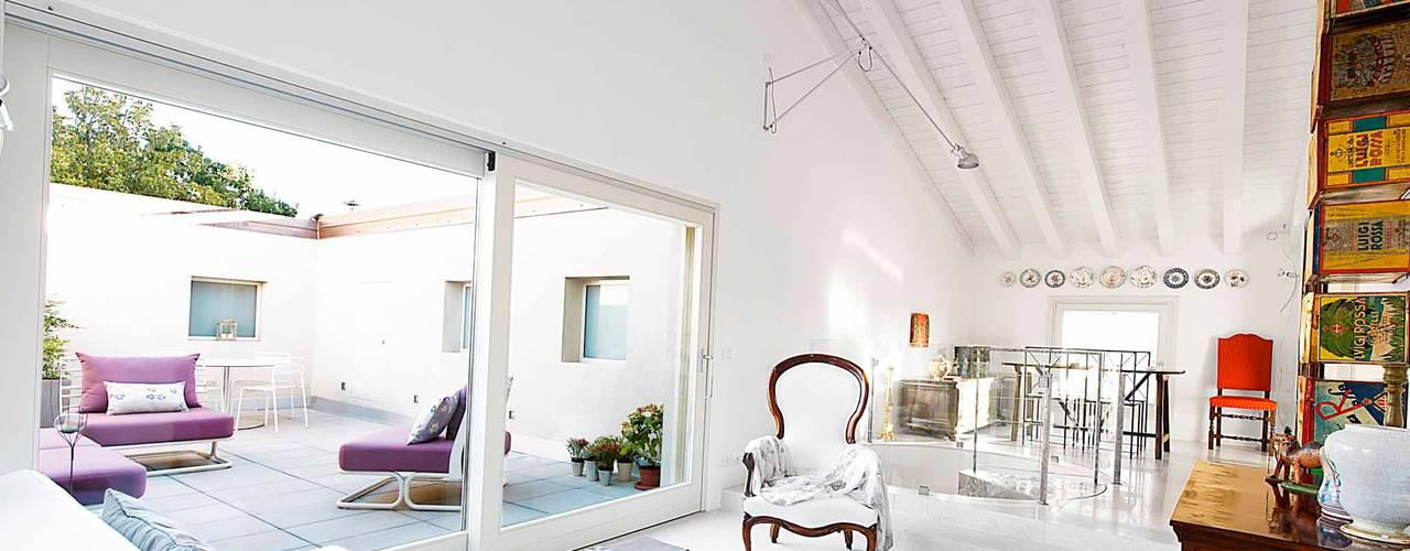 Zona giorno-terrazzo:  in stile  di Studio Magenis Professionisti Associati