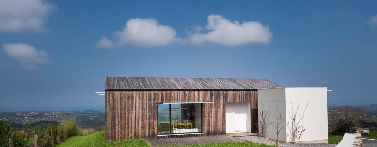 Projekty, skandynawskie Domy zaprojektowane przez Modulo12