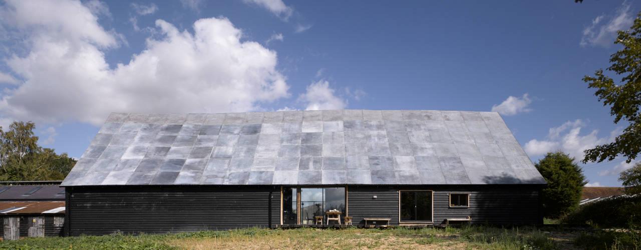 Feering Bury Farm Barn Industrialne domy od Hudson Architects Industrialny