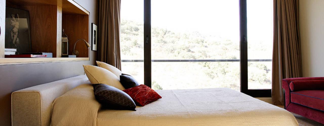Arquitectura moderna en Madrid Dormitorios de estilo moderno de Otto Medem Arquitecto vanguardista en Madrid Moderno