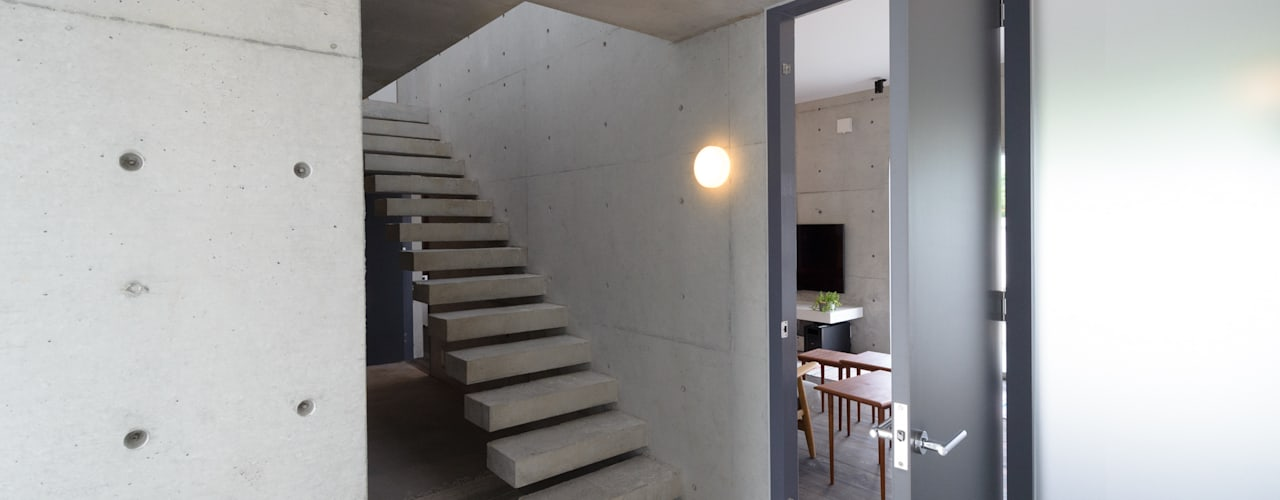 Industrial style corridor, hallway and stairs by 風景のある家.LLC Industrial