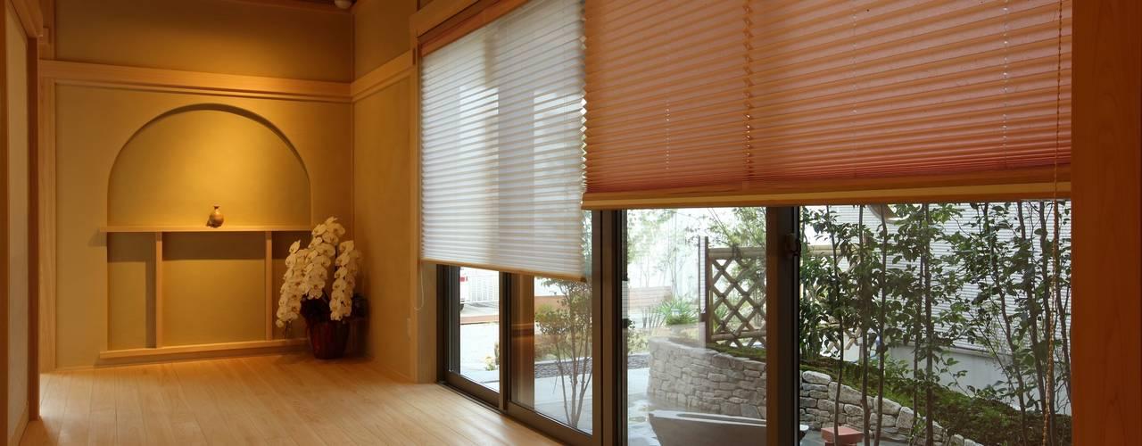 もてなしの家・和のエスプリを継ぐ家: やまぐち建築設計室が手掛けた壁です。