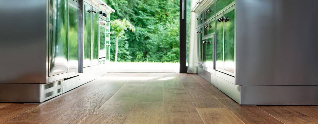 Le chêne marais rencontre du béton apparent par TRAPA Böden GmbH Moderne
