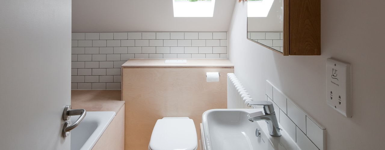 Long Crendon: scandinavian Bathroom by MailenDesign