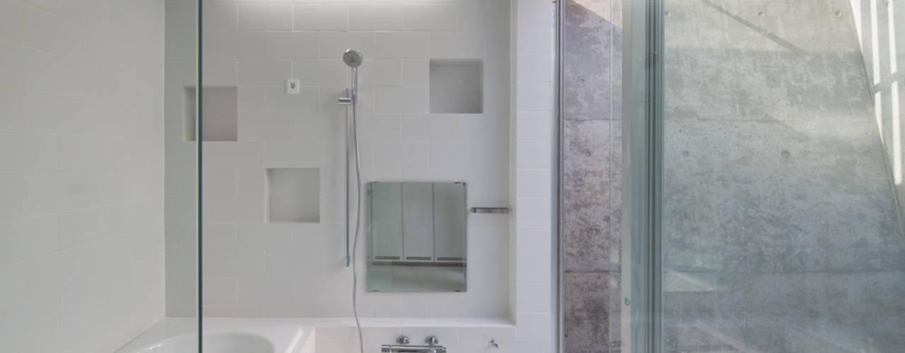 House in Fuji モダンスタイルの お風呂 の LEVEL Architects モダン