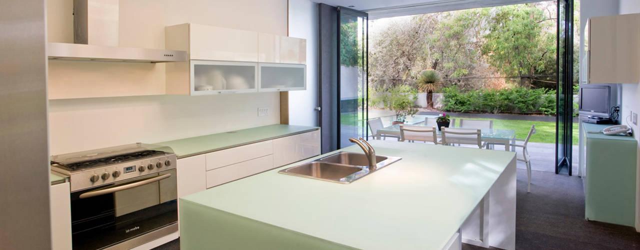 Serrano Monjaraz Arquitectos: modern tarz Mutfak