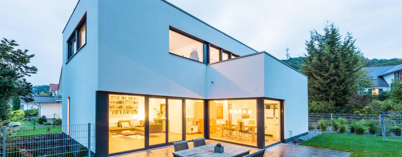 Balance House - Single Family House in Weinheim, Germany Balkon, Beranda & Teras Modern Oleh Helwig Haus und Raum Planungs GmbH Modern