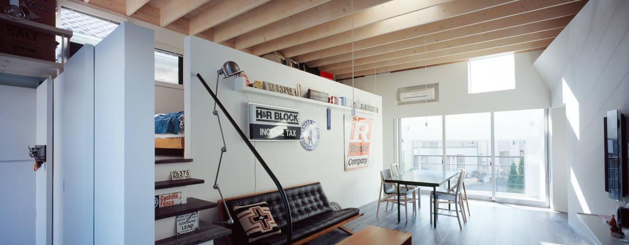 光を共有する家 モダンデザインの リビング の 津野建築設計室/troom モダン