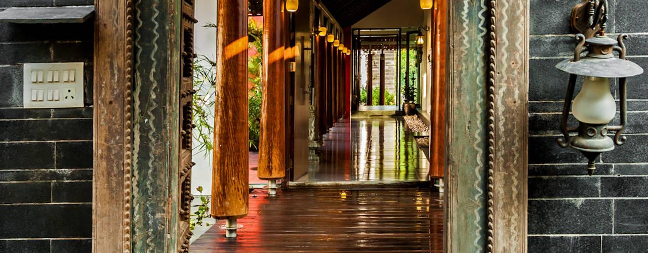Pasillos, vestíbulos y escaleras de estilo ecléctico de Kumar Moorthy & Associates Ecléctico