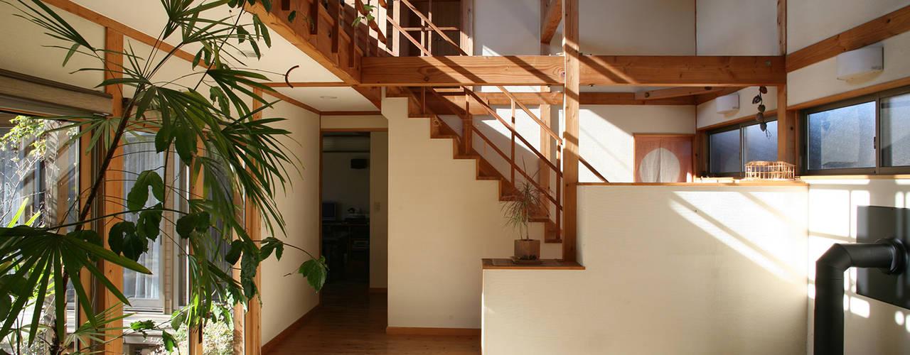土間のある家: 八島建築設計室が手掛けた和室です。