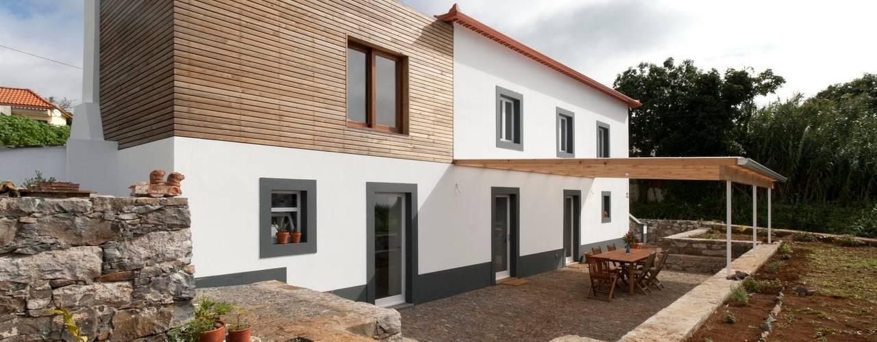 Quinta H | eco-remodelação| Madeira: Casas  por Mayer & Selders Arquitectura