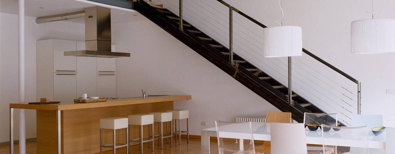 Loft Bianco Soggiorno in stile industriale di Paola Maré Interior Designer Industrial