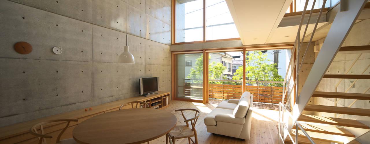 府中の住宅: 佐藤重徳建築設計事務所が手掛けたリビングです。,オリジナル