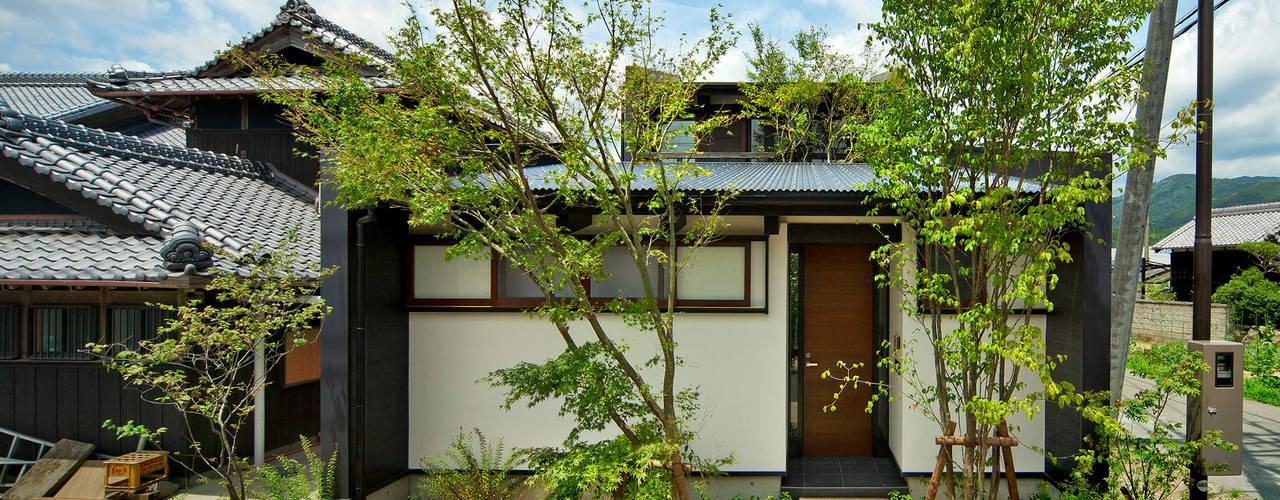 Casas de estilo asiático de 石井智子/美建設計事務所 Asiático