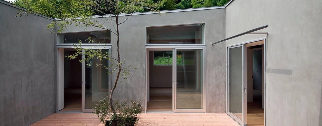 蒲郡の住宅: 諸江一紀建築設計事務所が手掛けたテラス・ベランダです。