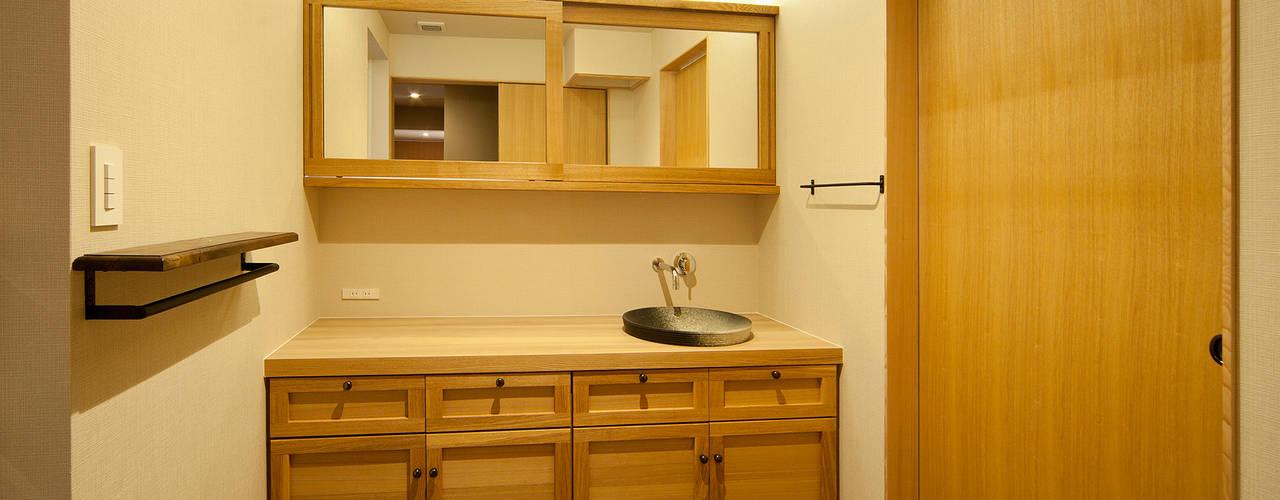 ヤマモミジの家: 一級建築士事務所 Kenso Architectsが手掛けた浴室です。,オリジナル