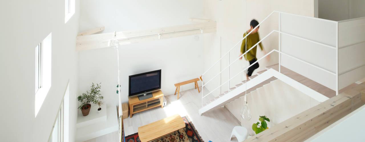Trapezium House: Kichi Architectural Designが手掛けたリビングです。