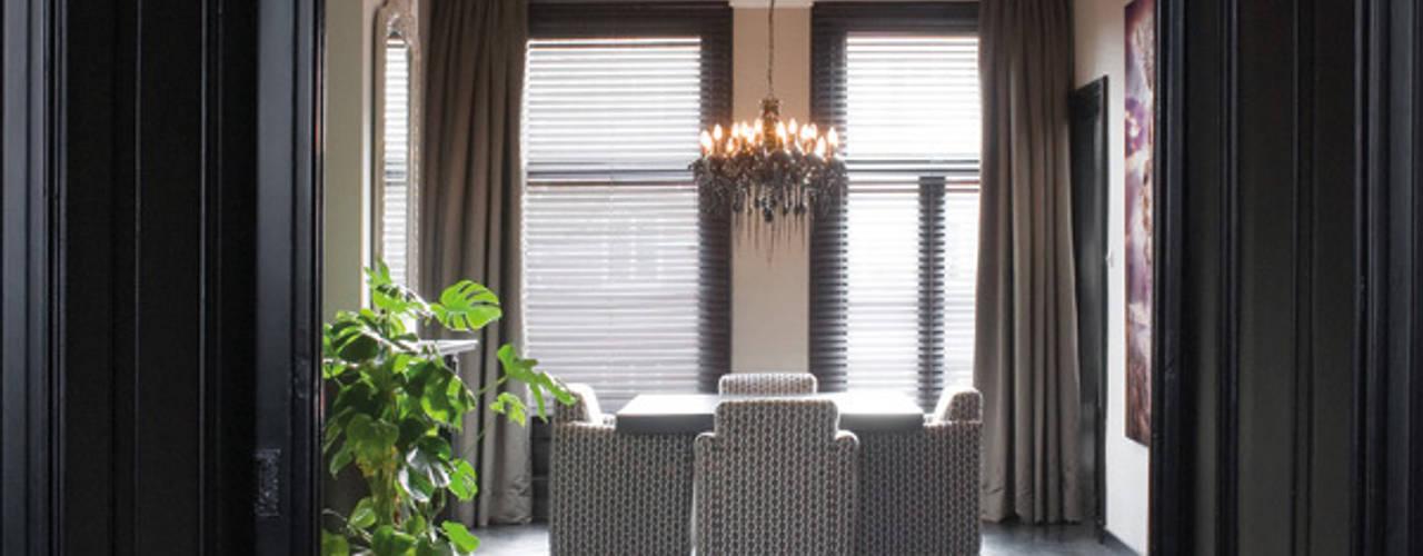 stijlvolle pied-a-terre in Amsterdam:  Woonkamer door choc studio interieur