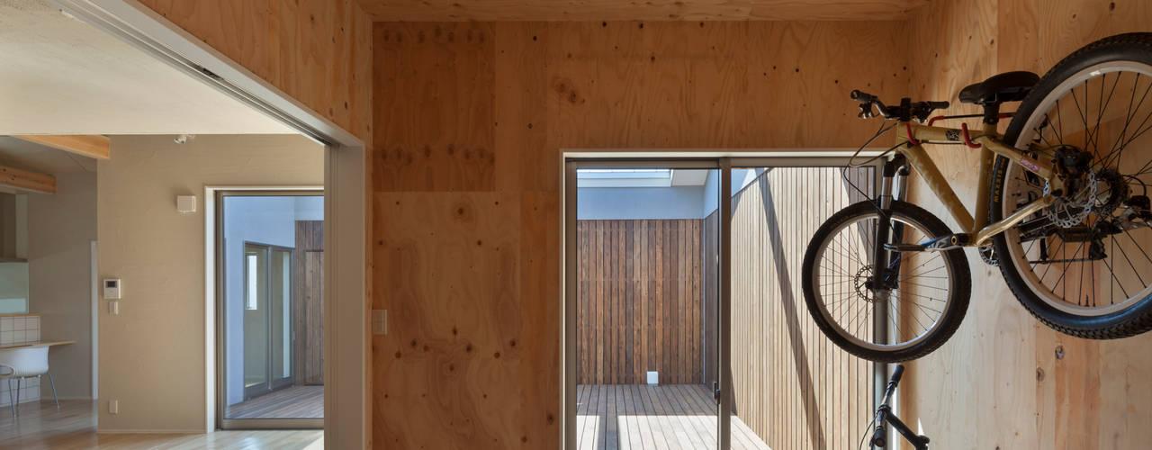 minimalistic Garage/shed by 松岡健治一級建築士事務所