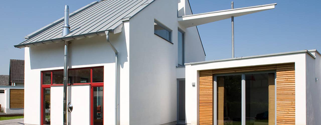 Blick auf das Haupthaus & das Einliegerhaus: moderne Häuser von aaw Architektenbüro Arno Weirich