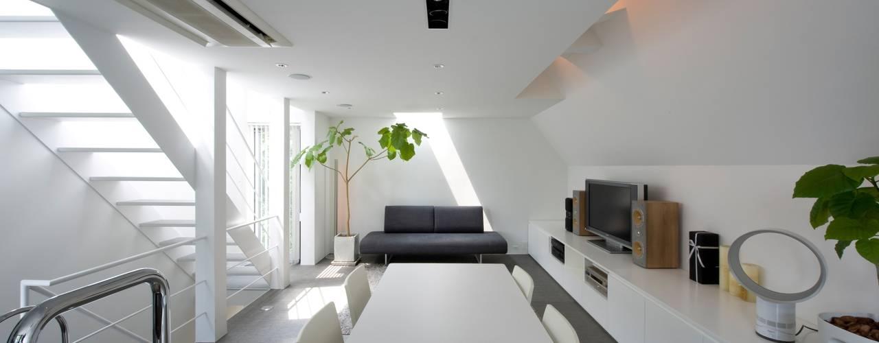 キッチンからLDを望む: 余田正徳/株式会社YODAアーキテクツが手掛けたリビングです。