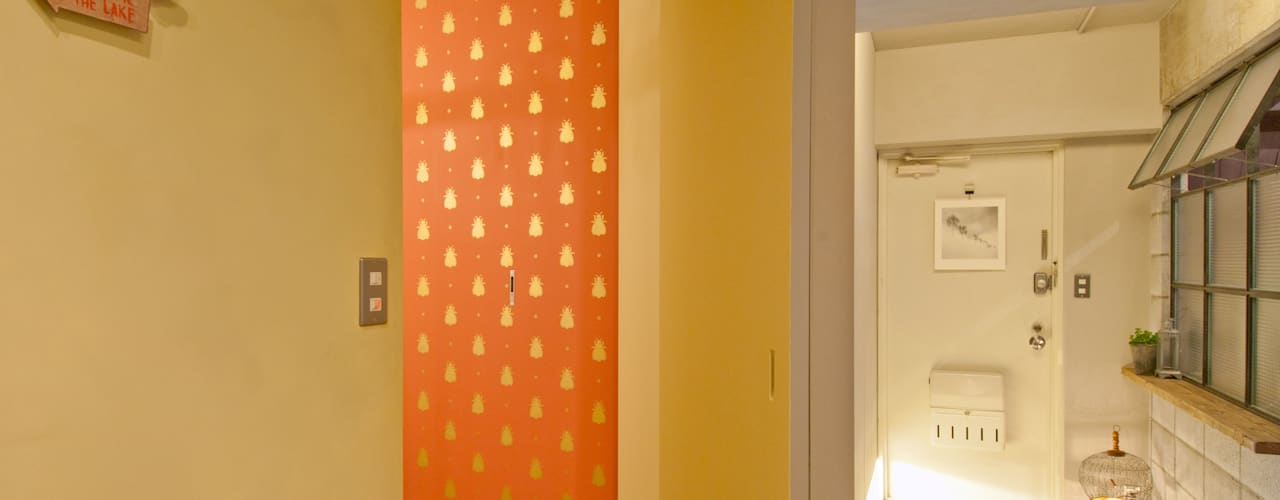 トイレ+玄関: TATO DESIGN:タトデザイン株式会社が手掛けた浴室です。
