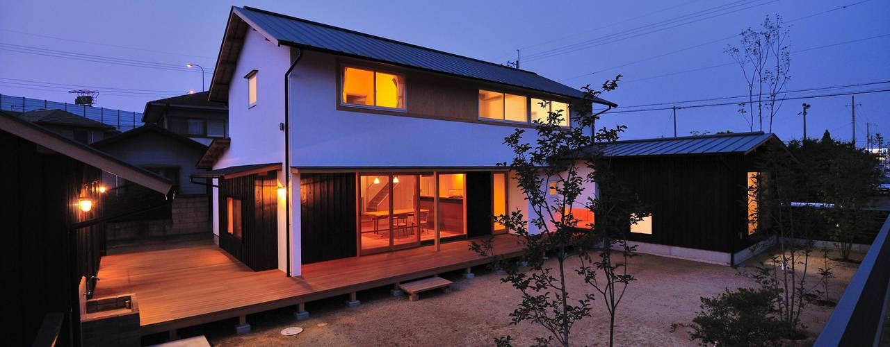ウッドデッキで繋がる空間|趣味を楽しむ住まい 姫路の家 小笠原建築研究室 一戸建て住宅 木 白色