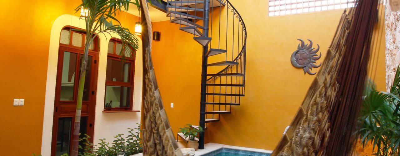 Kolonialny balkon, taras i weranda od Arturo Campos Arquitectos Kolonialny