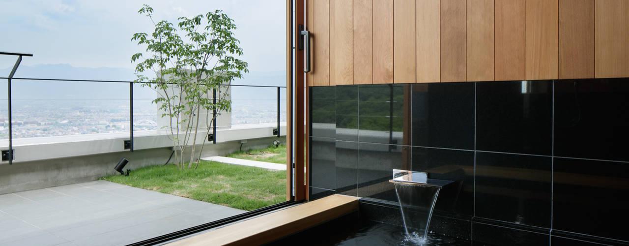 展望風呂~甲府 I さんの家: atelier137 ARCHITECTURAL DESIGN OFFICEが手掛けた浴室です。