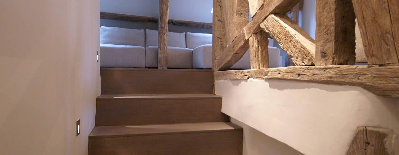 Projekty,  Korytarz, przedpokój zaprojektowane przez Atelier TO-AU