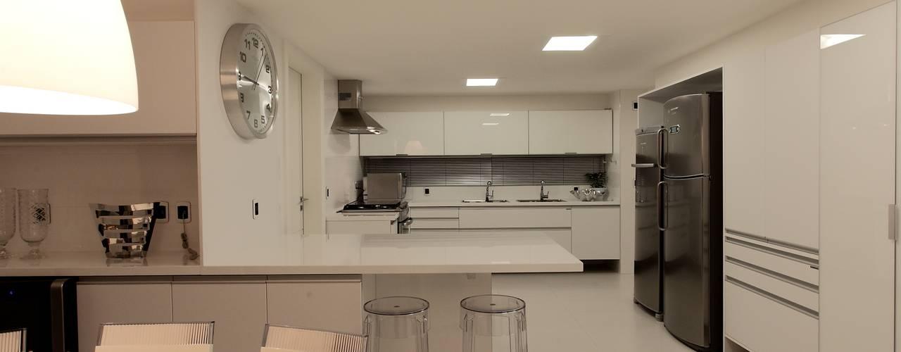 classic Kitchen by Carlos Otávio Arquitetura e Interiores