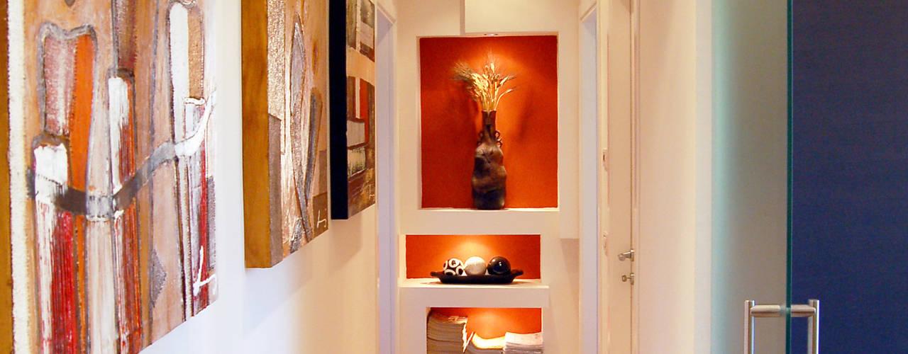 Pasillos, vestíbulos y escaleras de estilo moderno de Studio Sabatino Architetto Moderno