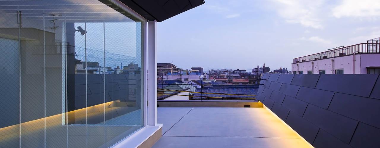 屋上テラス1: 岩井文彦建築研究所が手掛けたベランダです。